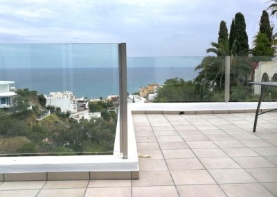 Baranda de vidrio en patio