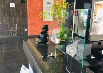 Mampara cristal templado en recepción